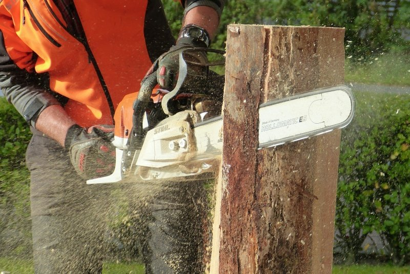 how to cut a log lengthwise with a chainsaw.